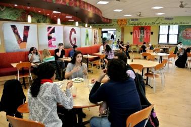 UNT, profs et étudiants mangeant ensembles