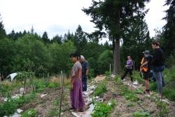les-benevoles-au-jardin-sous-la-direction-de-kenix
